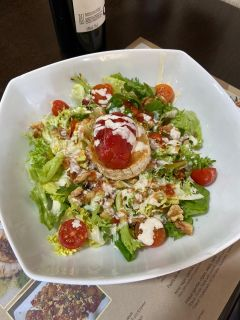Salad from goat's cheese and tomato jam