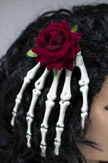 Tocado mano de esqueleto con flor