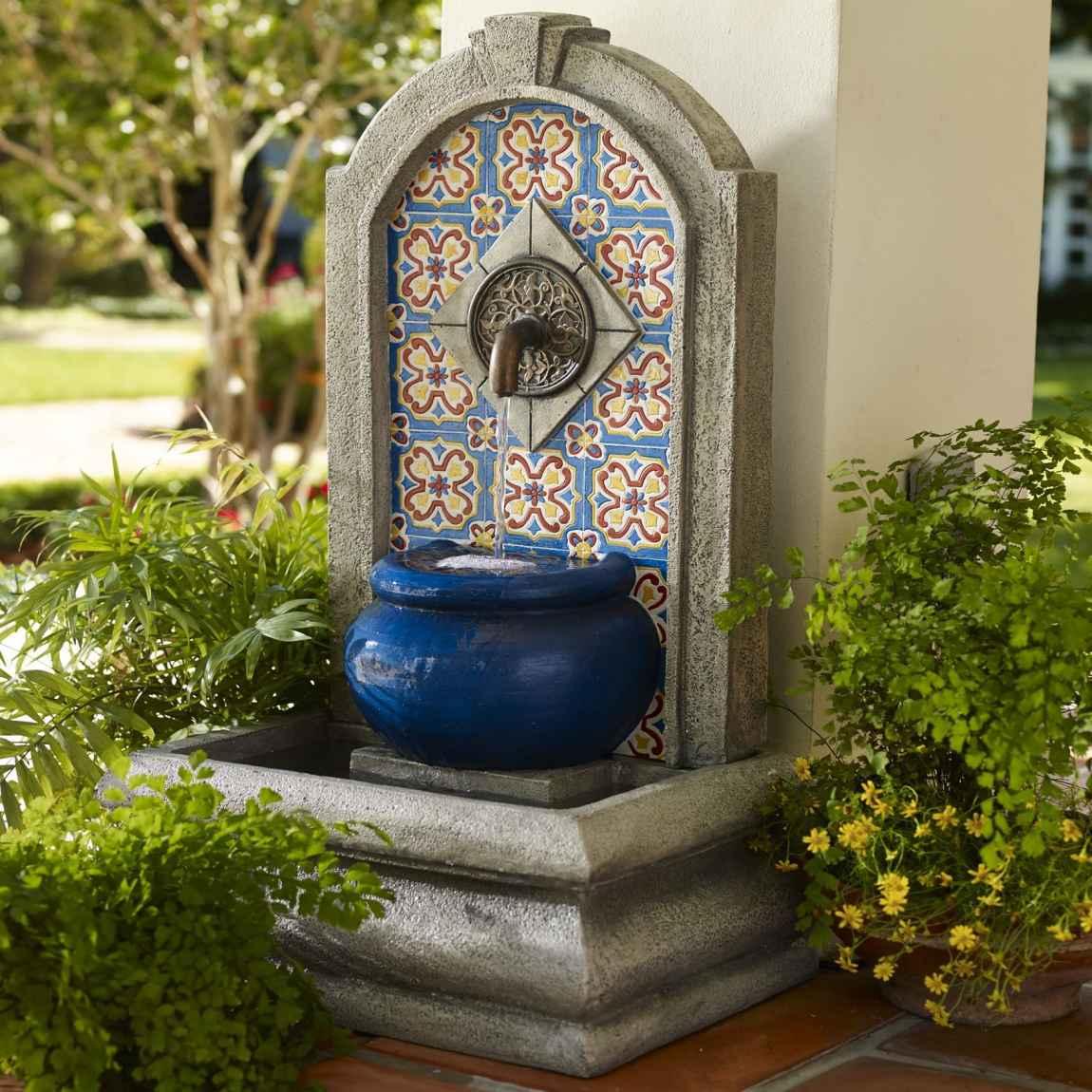 La funcionalidad y estilo de las fuentes de pared para patios
