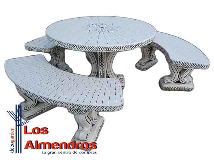 La mesa de piedra con bancos en la decoración