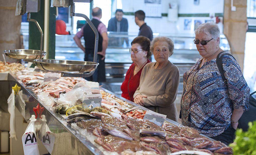 Foto Una lista de la compra plagada de salazones, quesos, miel, mistela y pescado fresco de la lonja
