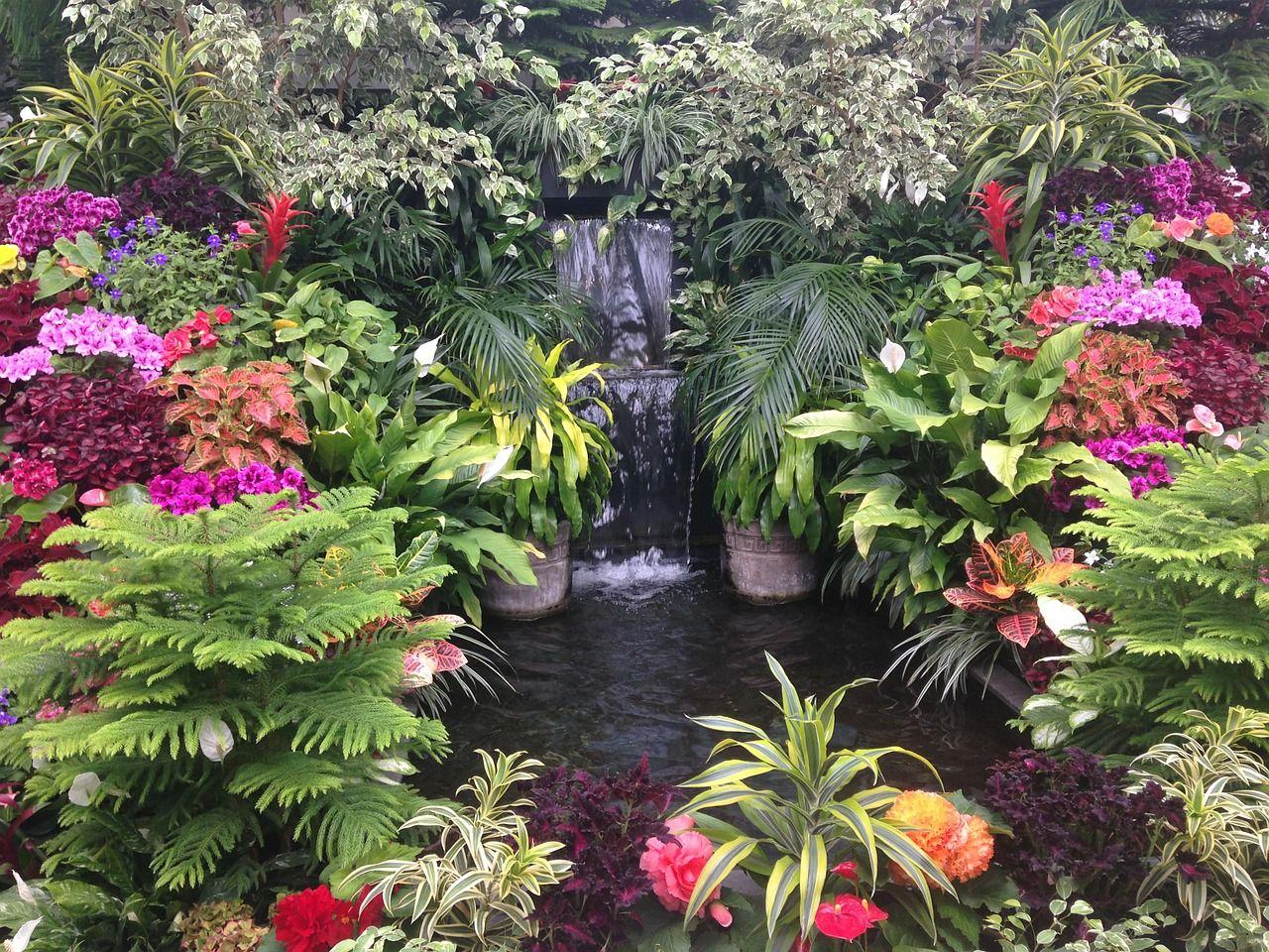 Con un estanque decorativo conseguirás movimiento y belleza en tu jardín