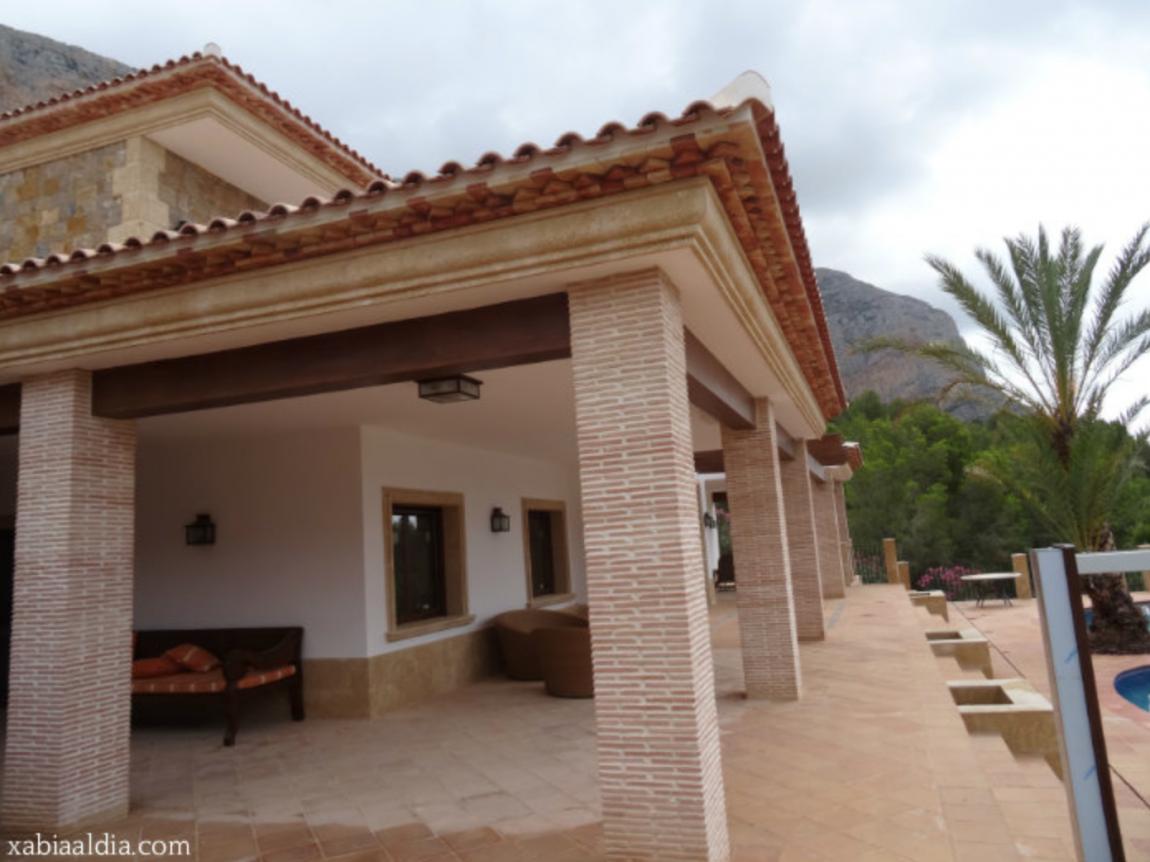 Recuperan la tosca y la madera de las construcciones típicas de Xàbia en una mansión a los pies del Montgó