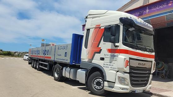 Foto de Transporte de materiales, servicio de contenedores y servicio de cubas de agua.